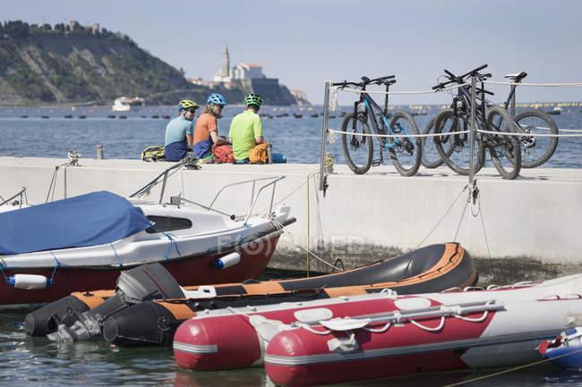 Motociclisti che riposa sul molo — Foto stock