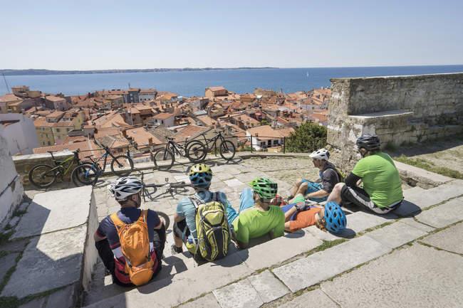 Motociclisti seduti sulle scale — Foto stock