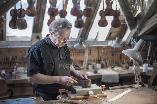 Майстер працює на скрипці — стокове фото
