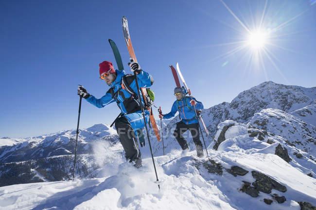 Лыжники, ходить вниз — стоковое фото