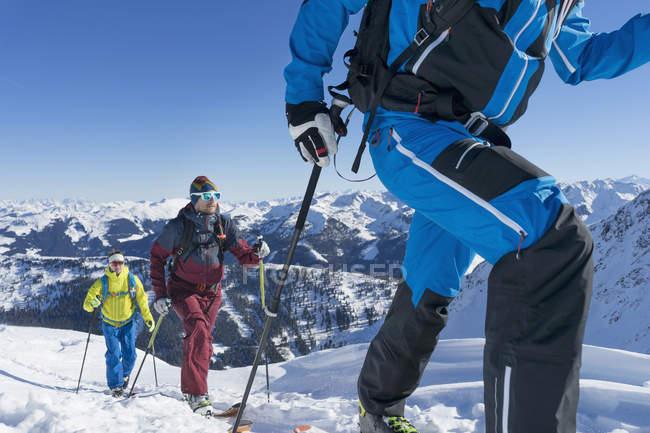 Лыжники, ходить на снежные горы — стоковое фото