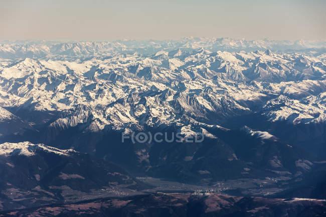 Скалистые горы со снегом против неба. — стоковое фото