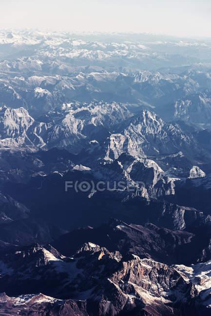Felsige Bergkette mit Schnee bedeckt — Stockfoto