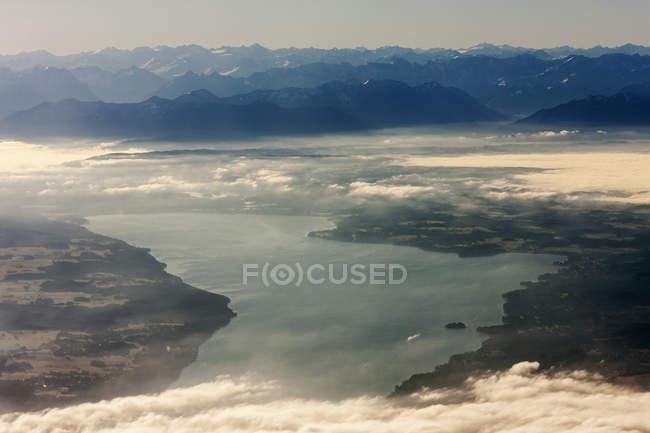 Силуэт горы у реки — стоковое фото