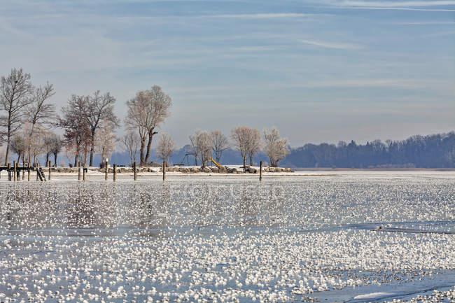 Замороженное озеро в течение зимы — стоковое фото
