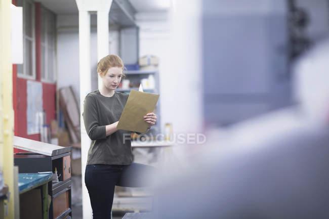 Papel de leitura de mulher — Fotografia de Stock