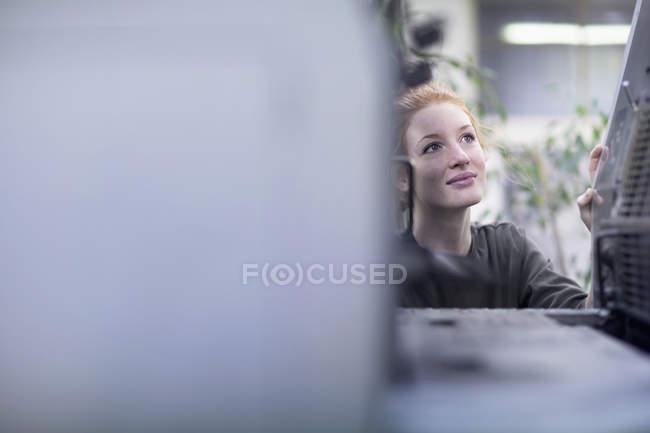 Imprimir trabalhador olhando para a máquina de impressão — Fotografia de Stock