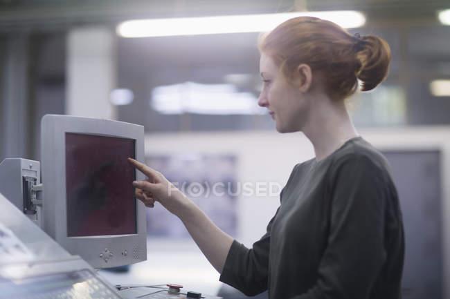 Print worker using photocopier — Stock Photo