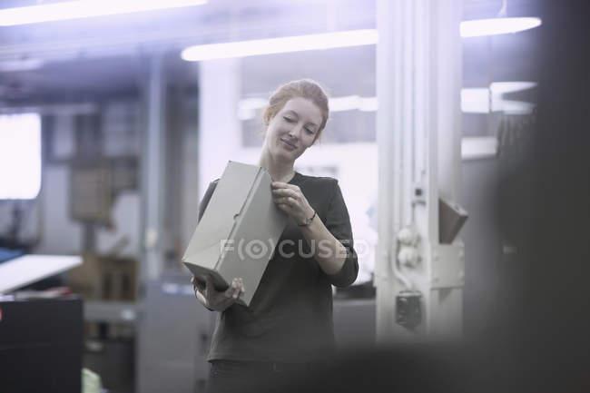 Caixa de abertura de trabalhador na imprensa — Fotografia de Stock