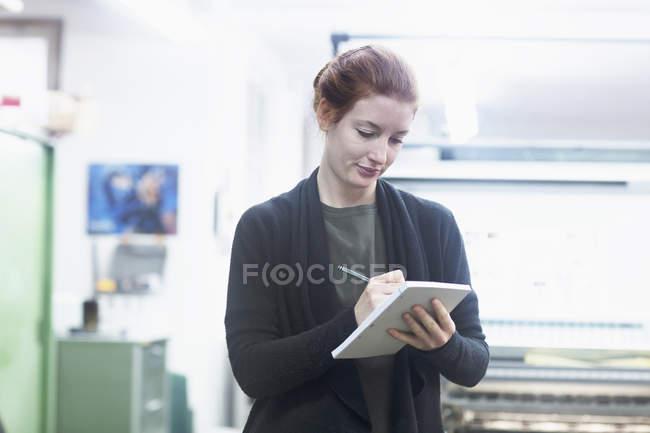 Trabalhador preparar lista na imprensa — Fotografia de Stock