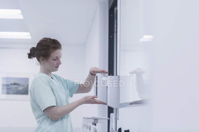 Медсестра дезинфекции рук — стоковое фото