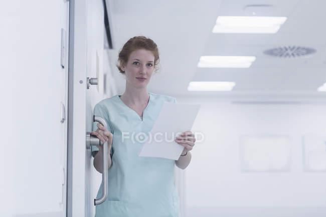 Krankenschwester mit medizinischen Diagrammen — Stockfoto