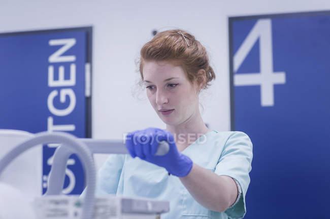 Enfermera sosteniendo parte de rayos X - foto de stock