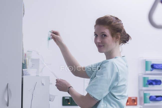 Krankenschwester mit Tropf im Krankenhaus — Stockfoto
