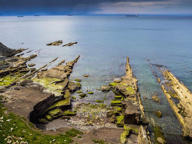 Скелястий берег моря — стокове фото