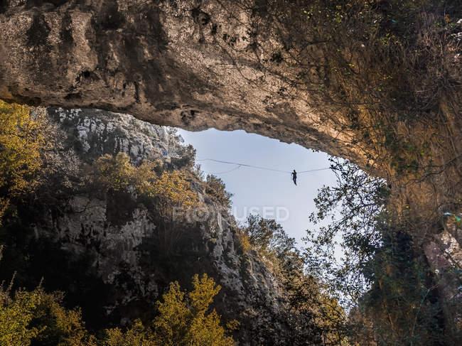 Роки Альпинист в небольшой долине — стоковое фото