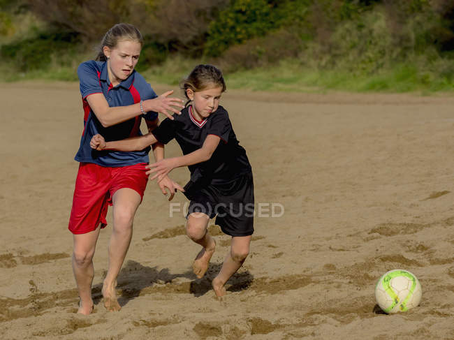 Дівчата гра з футбольним м'ячем — стокове фото