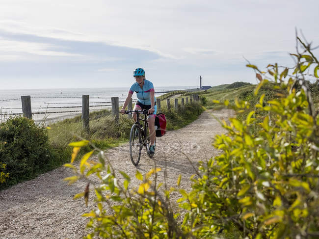 Bicicleta de equitação de mulher — Fotografia de Stock