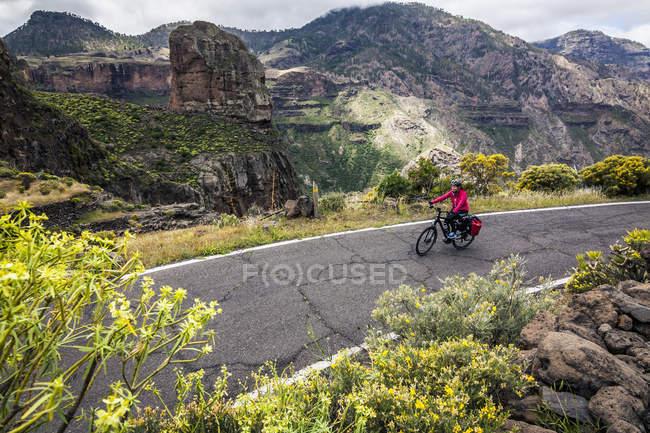 Biciclista de montanha andar de bicicleta elétrica — Fotografia de Stock