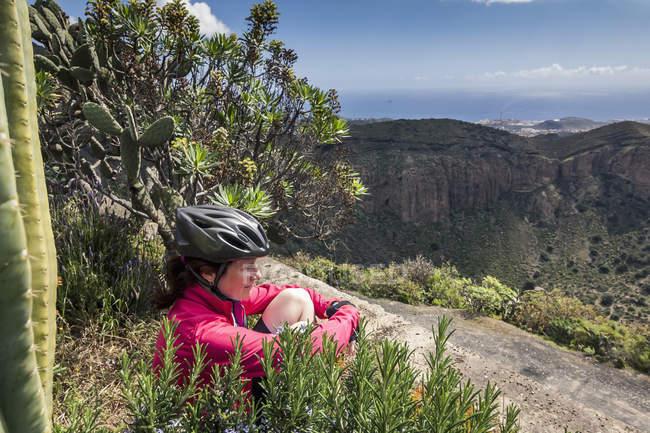 Ciclista de montaña en la distancia - foto de stock