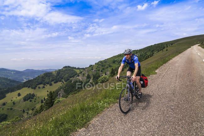 Мужчина верхом велосипед на холмистых районах — стоковое фото