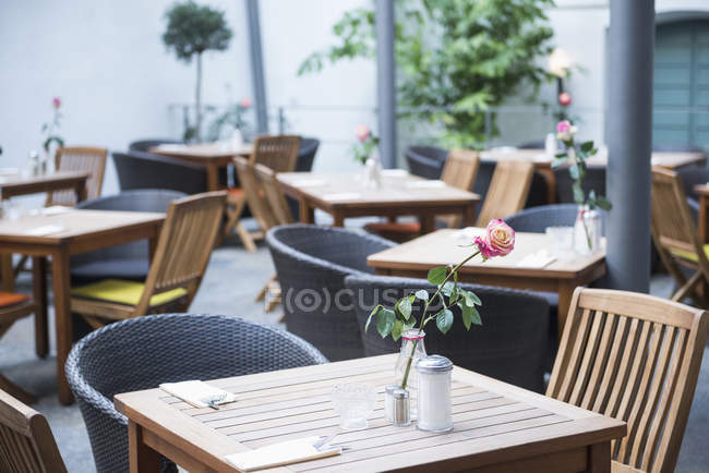 Tables and chairs at outdoor restaurant — Stock Photo