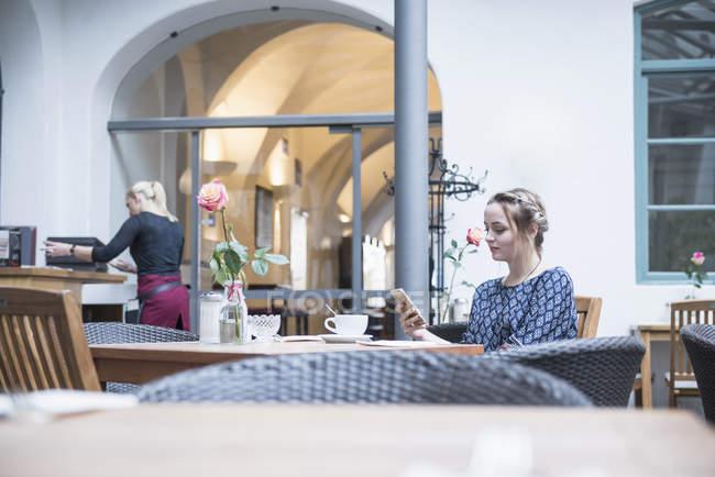 Frau mit Handy im restaurant — Stockfoto