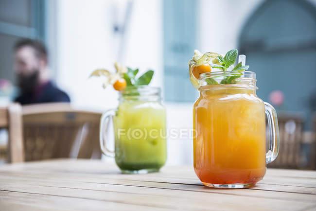 Due cocktail analcolici in vetro vaso — Foto stock