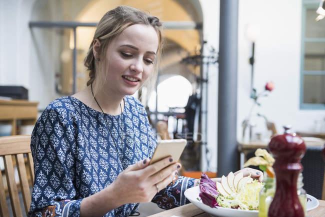 Mujer usando teléfono móvil - foto de stock
