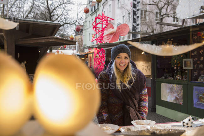 Woman standing at market stall — Stock Photo