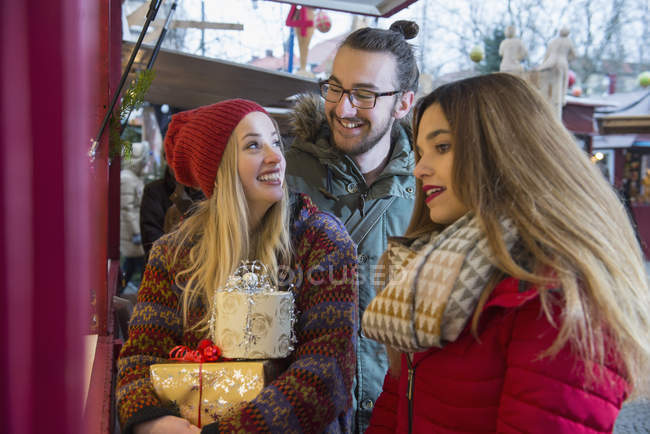 Friends standing at market stall — Stock Photo