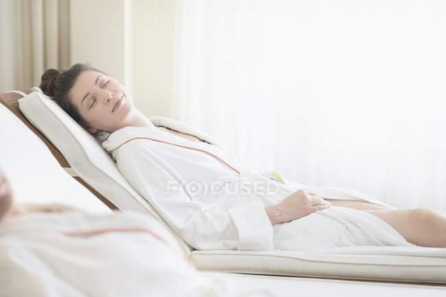 Женщина в халате расслабляющий спа-салоне — стоковое фото