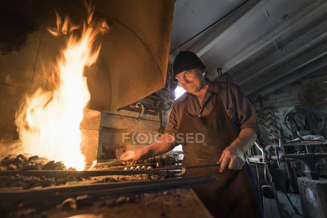 Кузнец молния огонь в печи — стоковое фото