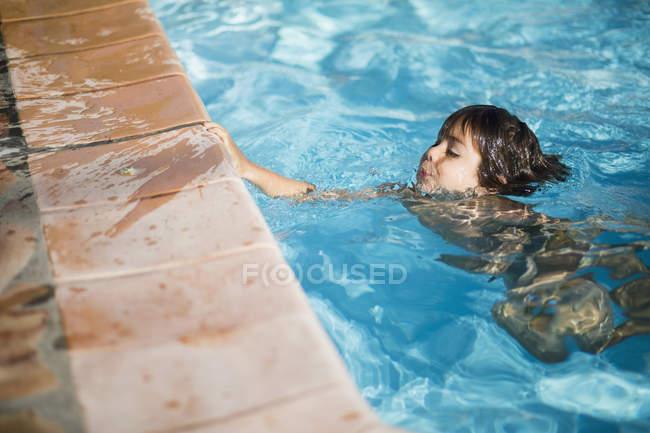 Nahaufnahme eines jungen Schwimmen im pool — Stockfoto