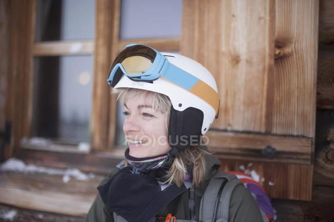 Femme portant des vêtements de sports d'hiver — Photo de stock