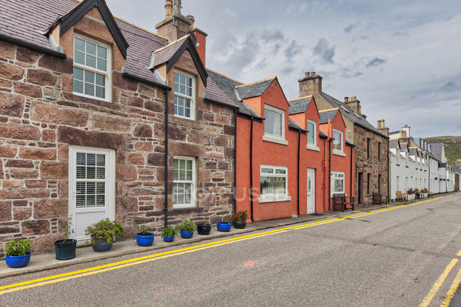 Residential street in Ullapool, Scotland — Stock Photo