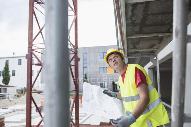 Строительство работник Холдинг план на строительной площадке — стоковое фото