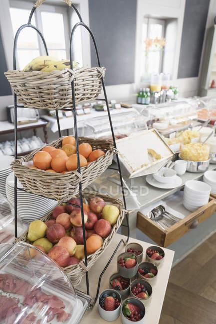 Frutas buffet de pequeno-almoço em exposição no hotel — Fotografia de Stock