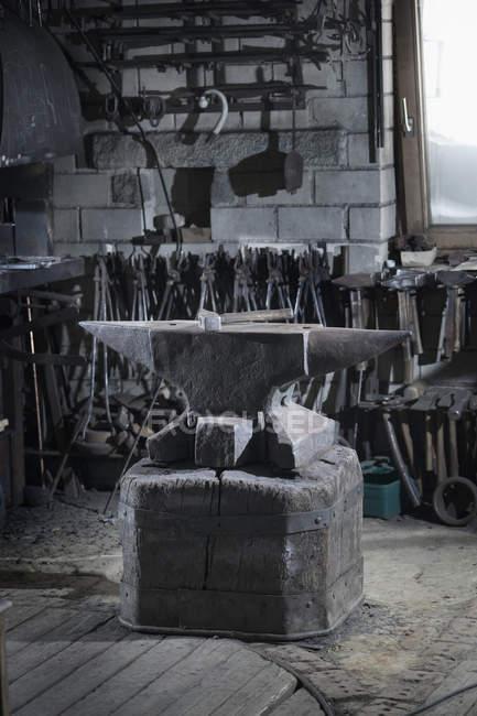 Молоток, лежа на наковальне железа в традиционных кузнец Кузница — стоковое фото