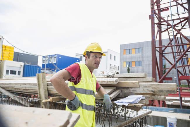 Вдумчивый строительный рабочий перерыв на создание сайта — стоковое фото