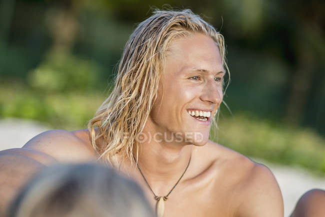 Shirtless blond man smiling at beach — Stock Photo