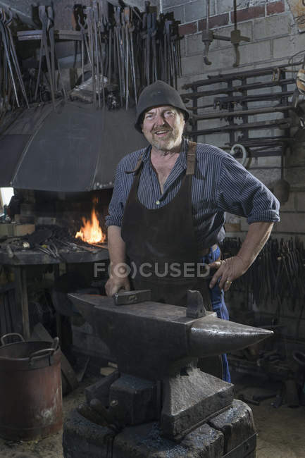 Senior Schmied in traditionellen Werkstatt — Stockfoto