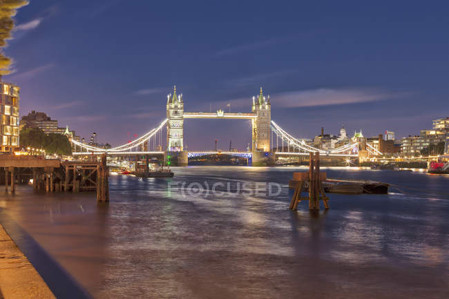 Tower Bridge et London city dans la nuit, Angleterre — Photo de stock