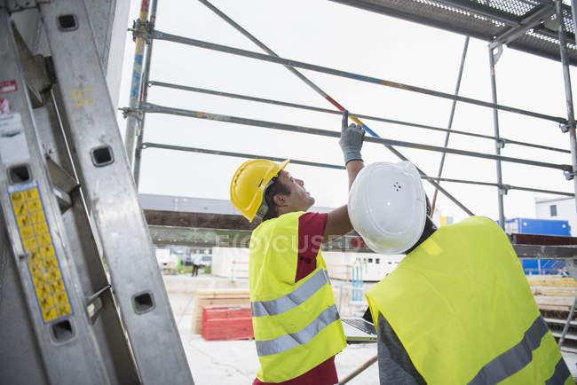 Строительные рабочие, глядя на строительство сайта — стоковое фото