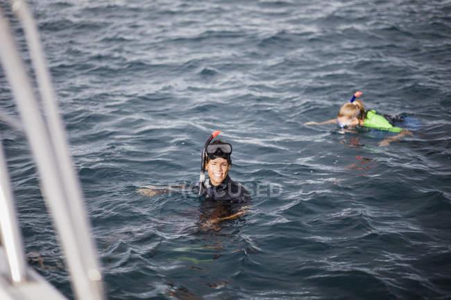 Couple snorkeling in Indian Ocean — Stock Photo
