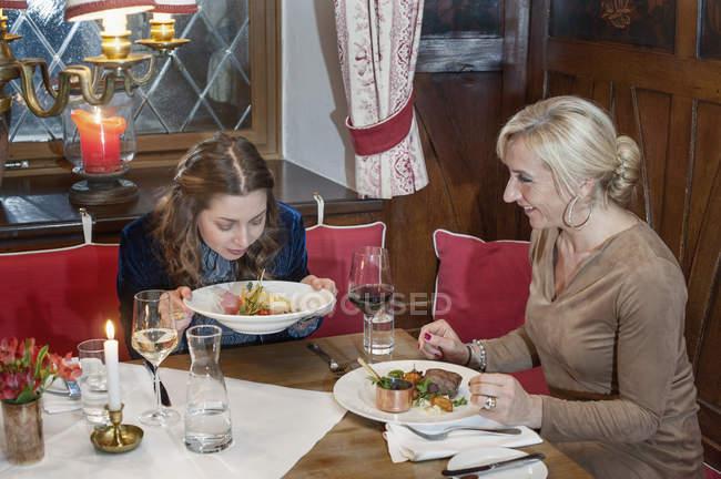 Zwei Frauen beim Abendessen im restaurant — Stockfoto
