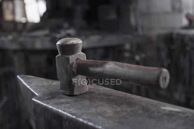 Hammer auf dem Amboss an Schmiede — Stockfoto