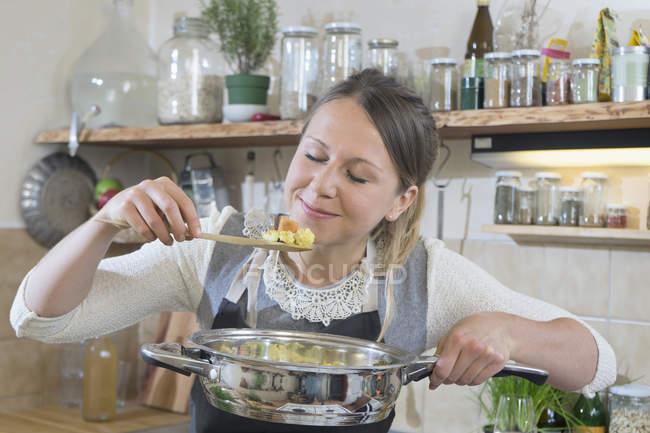 Mulher cheirando a celeuma frito legumes — Fotografia de Stock
