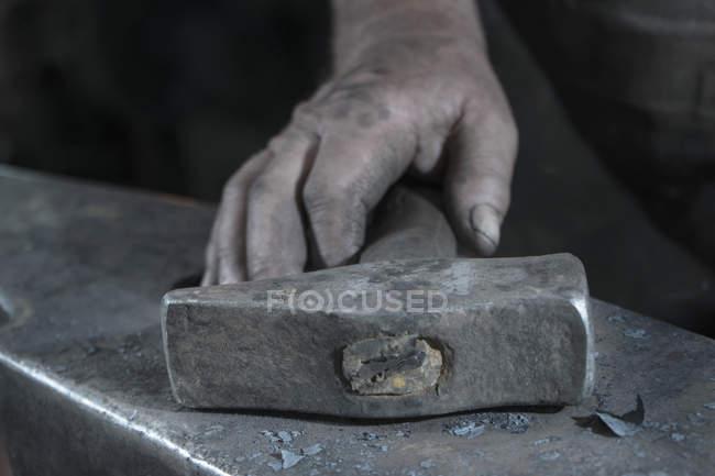 Крупный холдинг молота кузнеца — стоковое фото