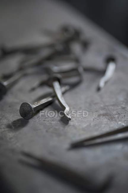 Ручной работы ногти на наковальне Кузнец магазине — стоковое фото